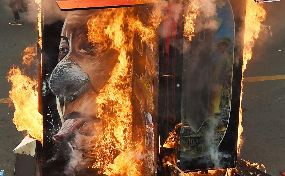 صورة محروقة للرئيس الفلبيني رودريغو دوتيرتي خلال مظاهرات في مدينة مانيلا، الفلبين 10 ديسمبر/ كانون الأول 2018
