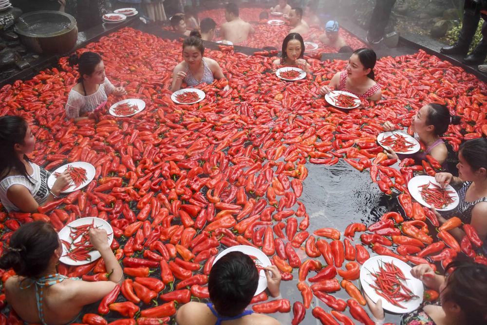 مسابقة أكل الفلفل الحار في منطقة مينغيوي كيانغو سينيك  في بلدة وينتانغ، الصين 9 ديسمبر/ كانون الأول 2018
