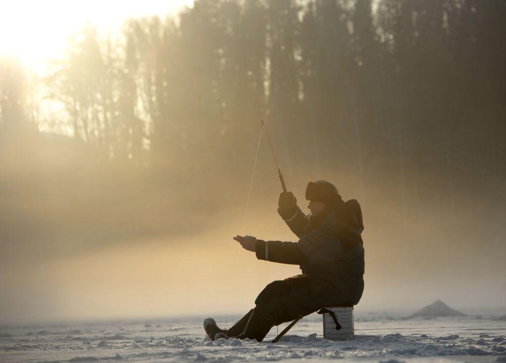 صيد الأسماك في بحيرة تافتوي الجليدية في منطقة سفيردلوفسك الروسية