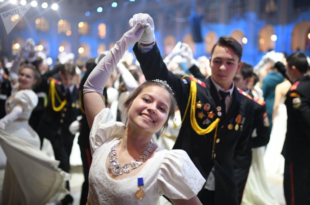 المشاركون في حفل الكرملين للرقص الدولي لتلامذة معهد سوفوروف العسكري، بمناسبة الذكرى الـ 300 لإنشاء ثقافة رقص القاعات وإقامة الحفلات من هذا النوع، والذكرى الـ 75 لتأسيس معاهد سوفوروف العسكرية في أنحاء البلاد، موسكو 11 ديسمبر/ كانون الأول 2018