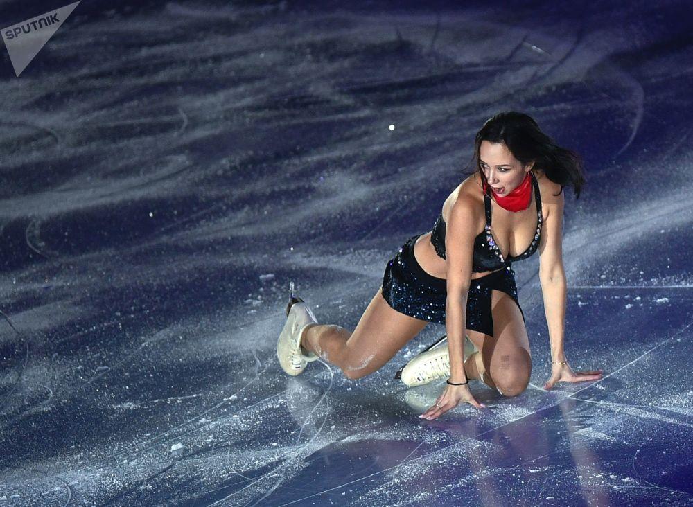 الرياضية المتزلجة الروسية يليزافيتا توكتاميشيفا خلال أدائها لبرنامج فني حر، في إطار نهائي بطولة غراند بري في فانكوفر، كندا