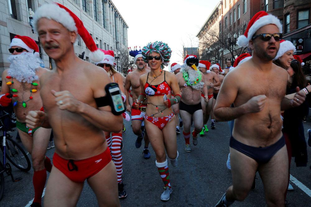 مشاركو سباق سانتا-كلاوز السنوي في مدينة بوسطن، ماساتشوستس، الولايات المتحدة 8 ديسمبر/ كانون الأول 2018
