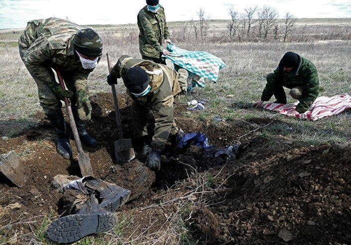 قبر جنود الجيش الأوكراني قرب بلدة ديبالتسيفو