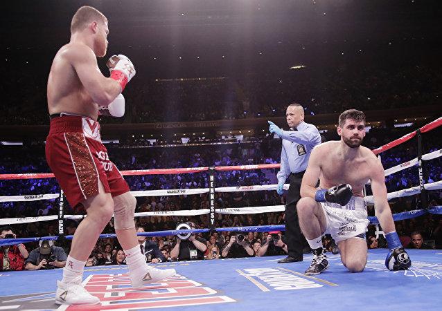 كانيلو يهزم فيلدينج بالضربة القاضية الفنية في الملاكمة