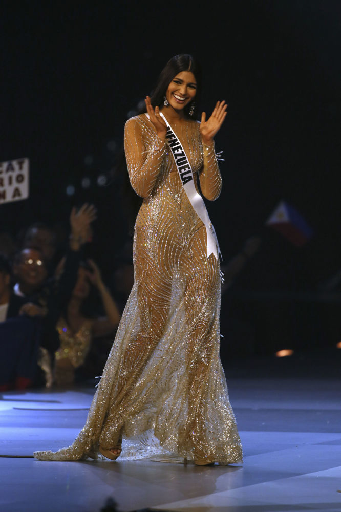 ملكة جمال فنزويلا - ستيفاني غوتيريز تحي الجمهور بعد انتهاء المسابقة في بانكوك، تايلاند 17 ديسمبر/ كانون الأول 2018