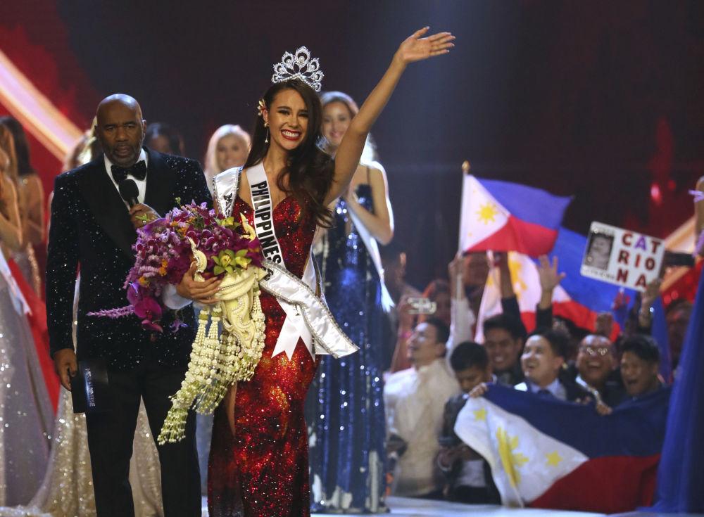 الفائزة بلقب ملكة جمال الكون 2018 - الفلبينية كاتريونا غراي، تلوح بيدها للجمهور بعد انتهاء المسابقة في بانكوك، تايلاند 17 ديسمبر/ كانون الأول 2018