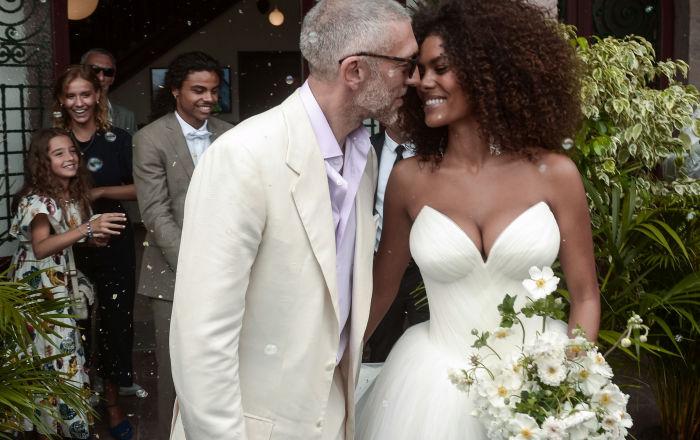 الممثل الفرنسي فينسنت كاسل وعارضة الأزياء الفرنسية تينا كوناكي خلال حفل زفافهما في بيدار، جنوب فرنسا 24 أغسطس/ آب 2018