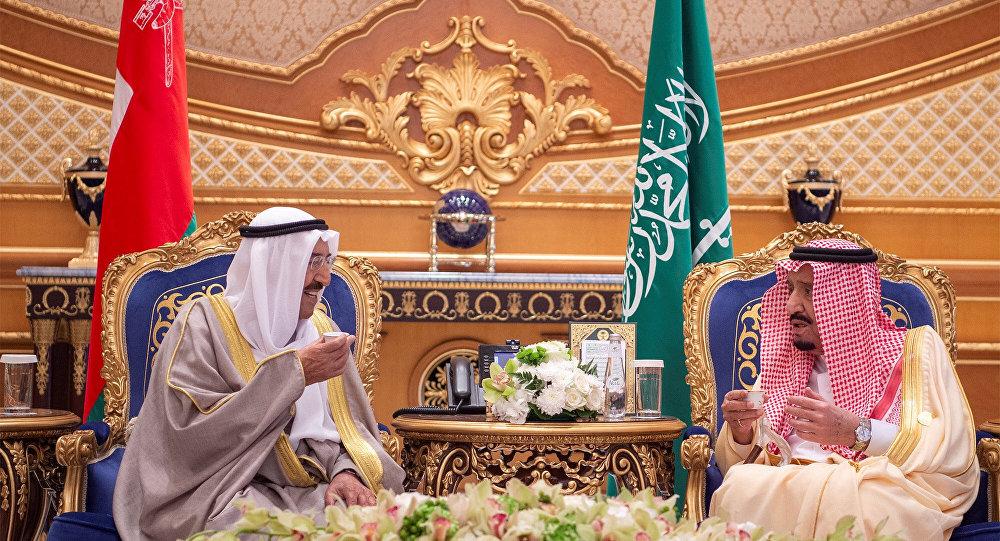العاهل السعودي الملك سلمان بن عبد العزيز يستقبل أمير الكويت صباح الأحمد الجابر الصباح أثناء القمة الخليجية في الرياض