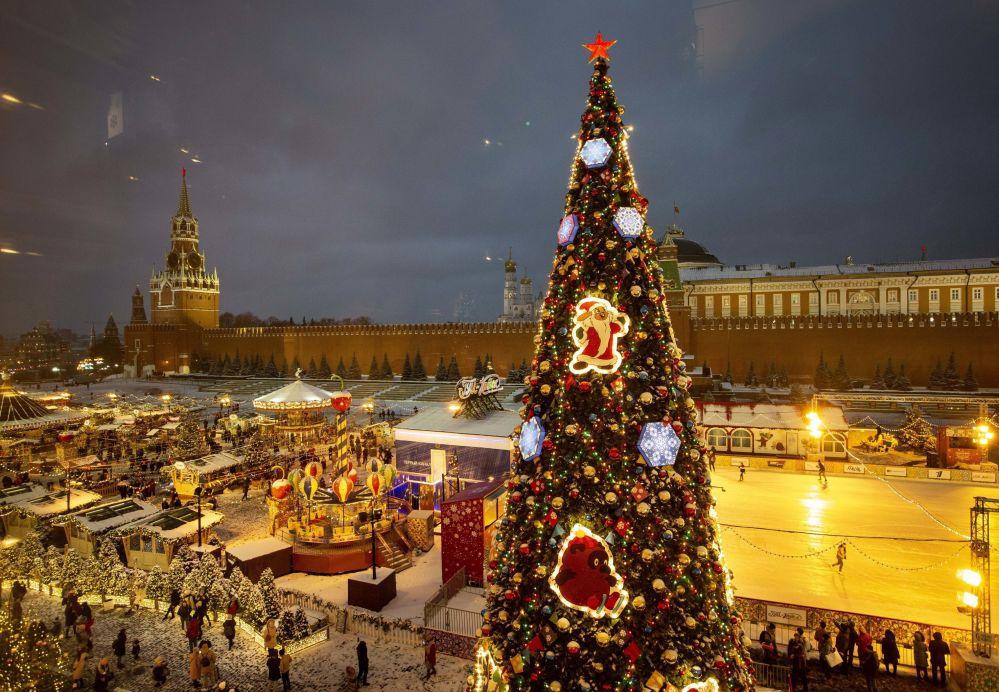 شجرة عيد الميلاد وسط الساحة الحمراء في مدينة موسكو، روسيا 13 ديسمبر/ كانون الأول 2018