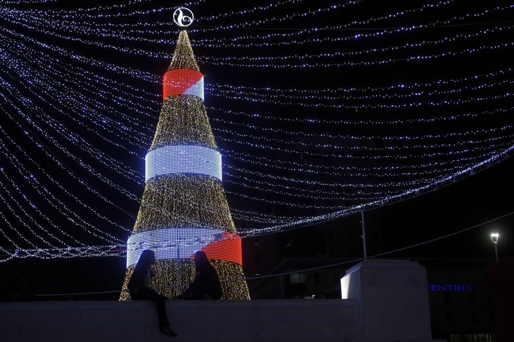 شجرة عيد الميلاد في ساحة سلفادور ديل موندو في العاصمة سان سلفادور، جمهورية السلفادور 14 ديسمبر/ كانون الاول 2018