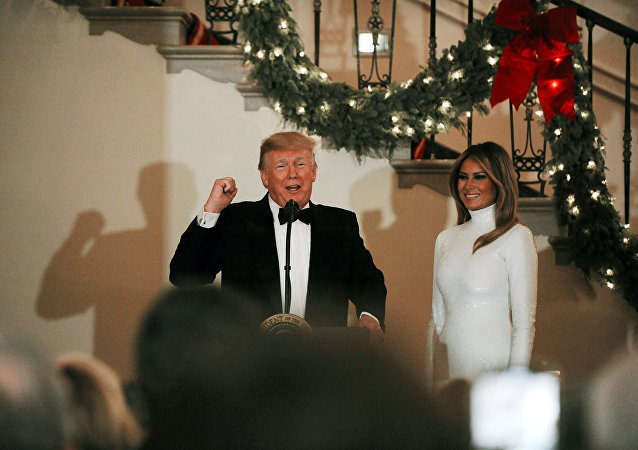 الرئيس الأمريكي دونالد ترامب وزوجته ميلانيا ترامب في حفل بالبيت الأبيض، 15 ديسمبر/كانون الأول 2018