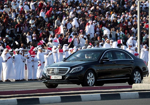 أمير قطر داخل سيارته خلال الاحتفال باليوم الوطني