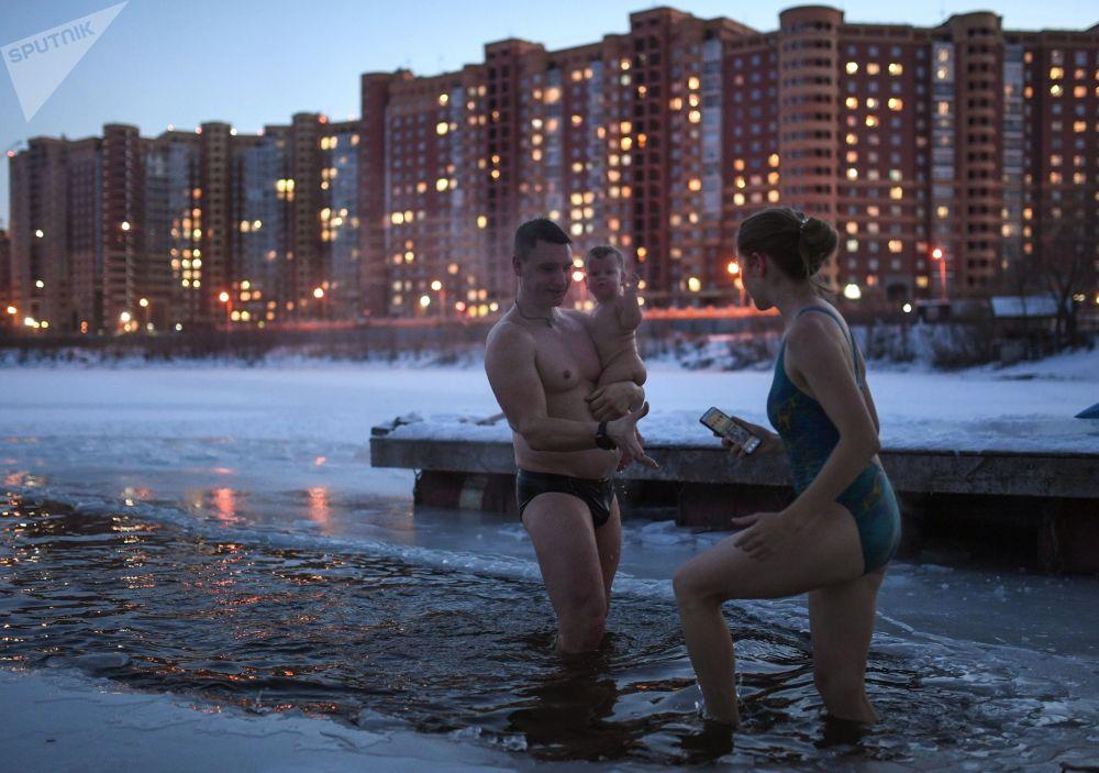 أعضاء نادي السباحة الشتوية في بحيرة في حي لينيسكي في نوفوسيبيرسك الروسية