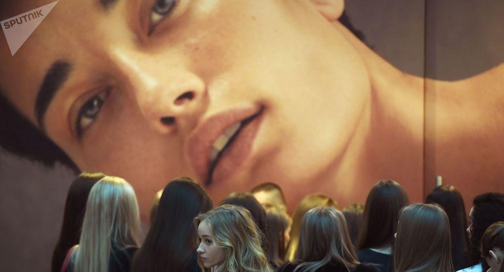 فتيات ينتظرن دورهن في جلسة القبول للمشاركة في مسابقة ملكة جمال روسيا في المركز التجاري أفيمول سيتي في موسكو