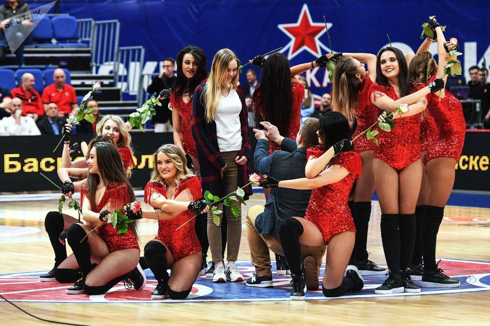 مشجع يعرض الزواج على صديقته خلال استراحة لمباراة كرة السلة بين فريقي نادي تسي إس كا (موسكو، روسيا) وأونيكاخا (مالقة، إسبانيا)