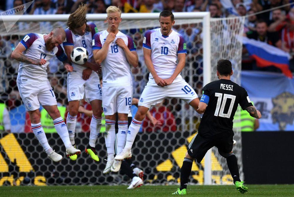 الأرجنتيني ليونيل ميسي واللاعبين الأيسلنديين جيلفي سيغوردسون، وهيردور ماغنوسون، وبيركير بيارناسون، وأرون غونارسون، في مباراة مرحلة المجموعة لكأس العالم روسيا 2018، بين الأرجنتين وأيسلندا