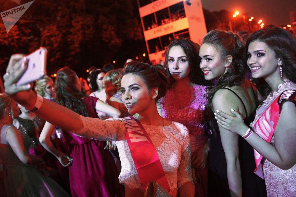 حفل تخرج تلاميذ المدارس في حديقة بارك غوركي في موسكو، روسيا