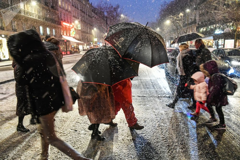 مارة خلال تساقط ثلوج كثيفة في باريس، فرنسا