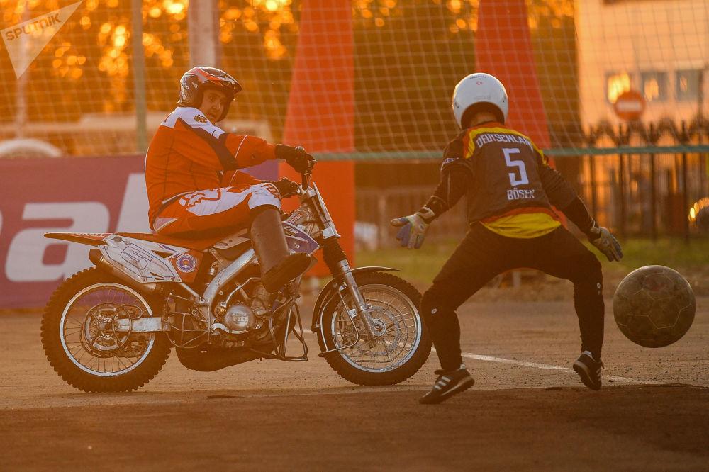 مباراة النصف النهائي لبطولة أوروبا لكرة القدم على الدراجات النارية، بين روسيا وألمانيا، في مدينة كوفروف