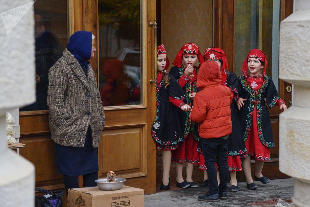 فتيات يرتدين الأزياء التقليدية في مسرح في مدينة كوتايسي ، جورجيا
