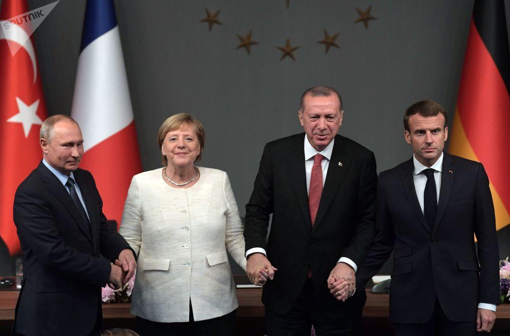 الرئيس الروسي فلاديمير بوتين، والرئيس التركي رجب طيب أردوغان، والمستشارة الألمانية أنغيلا ميركل، والرئيس الفرنس إيمانويل ماكرون أثناء المؤتمر الصحفي المشترك حول سوريا في مدينة اسطنبول، تركيا 27 أكتوبر/ تشرين الأول 2018