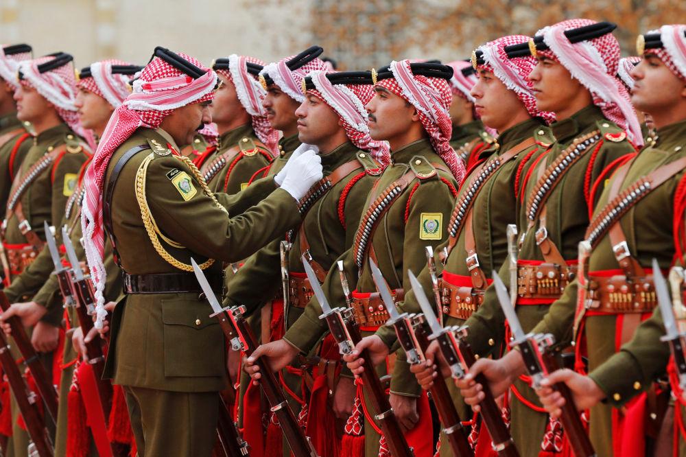 أفراد الحرس الملكي الأردني يستعدون لمراسم استقبال الرئيس البلغاري رومن راديف وزوجته ديسيسلافا، في القصر الملكي في عمان، الأردن، 16 ديسمبر/ كانون الأول 2018