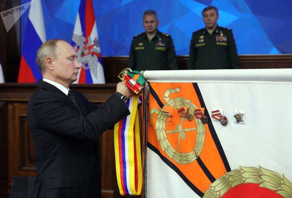 الرئيس فلاديمير بوتين أثناء مراسم تكريم دائرة منطقة شرق روسيا العسكرية بأوسمة سوفوروف، خلال جلسة موسعة لوزارة الدفاع الروسية هذا الأسبوع