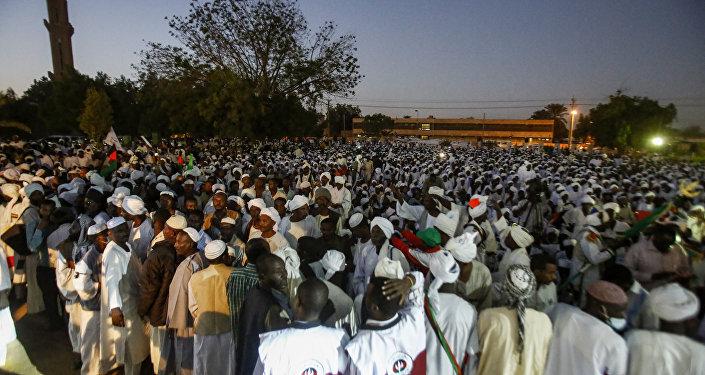 أنصار الصادق المهدي، رئيس الوزراء السوداني السابق، وقائد الحزب المعارض الأمة، يجتمعون قبالة المسجد بعد الصلاة، في مدينة أم درمان، 19 ديسمبر/ كانون الأول 2018