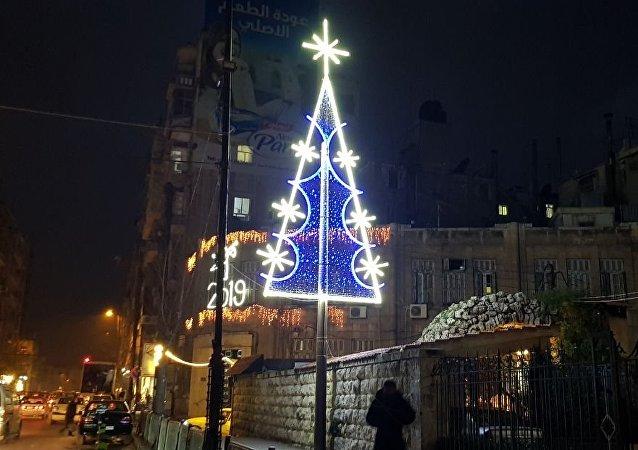 شجرة الميلاد تتزين في شوارع حلب في الذكرى الثانية لتحريرها من داعش