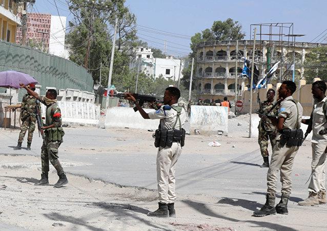 قوات الأمن الصومالية تؤمن الشارع بالقرب من موقع انفجار في مقديشو