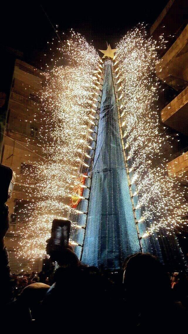 لحظة إضاءة شجرة الميلاد في ساحة العزيزية بحلب