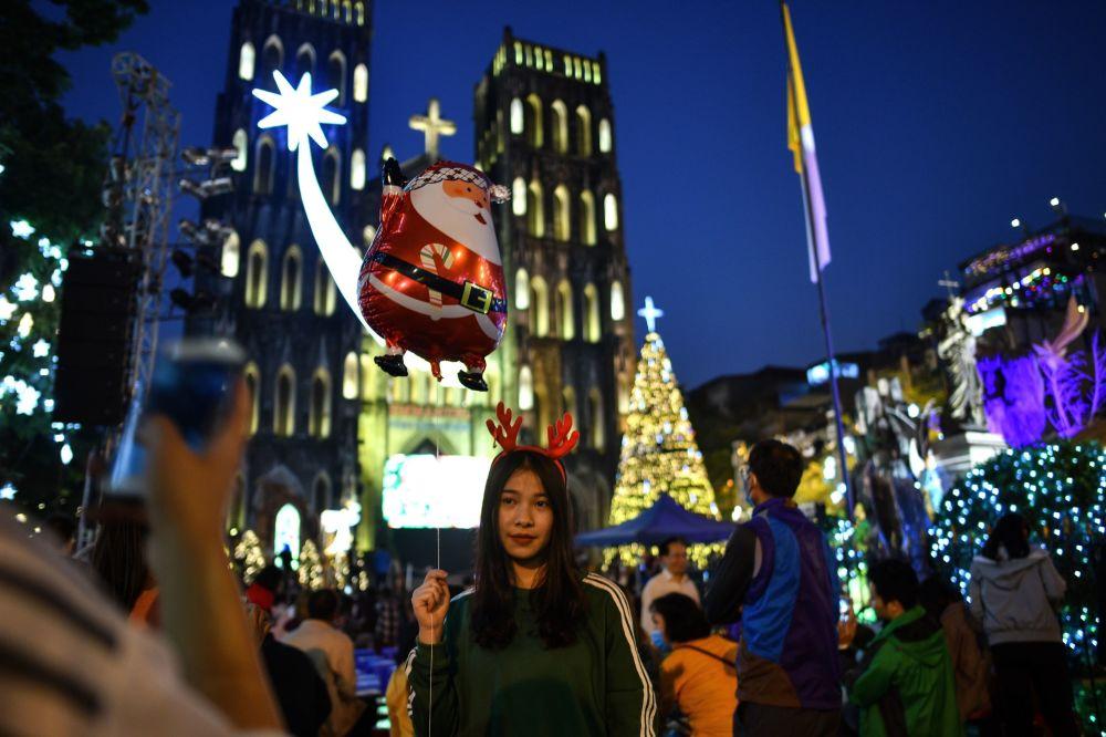 فتاة عشية عيد الميلاد في فيتنام