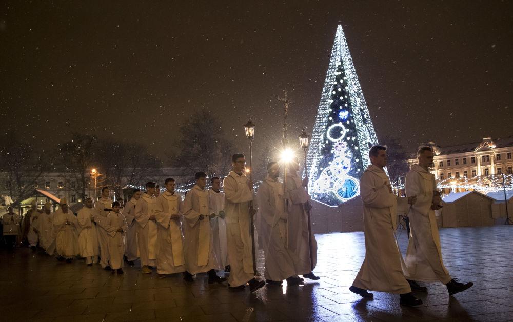 الكهنة خلال قداس عيد الميلاد في ليتوانيا