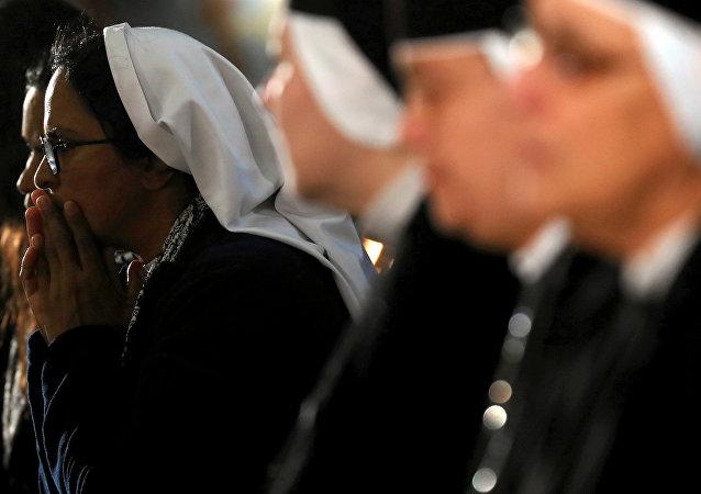 كاثوليك خلال قداس عيد الميلاد في كاتدرائية العذراء مريم بمدينة نصر
