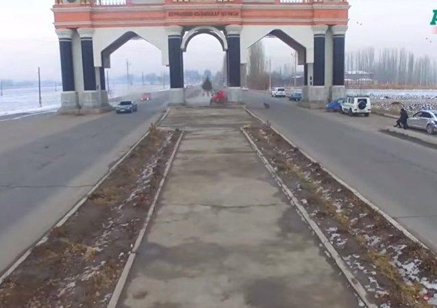 بالفيديو...مقتل رجلان في حادث مروع في مدينة جلال آباد