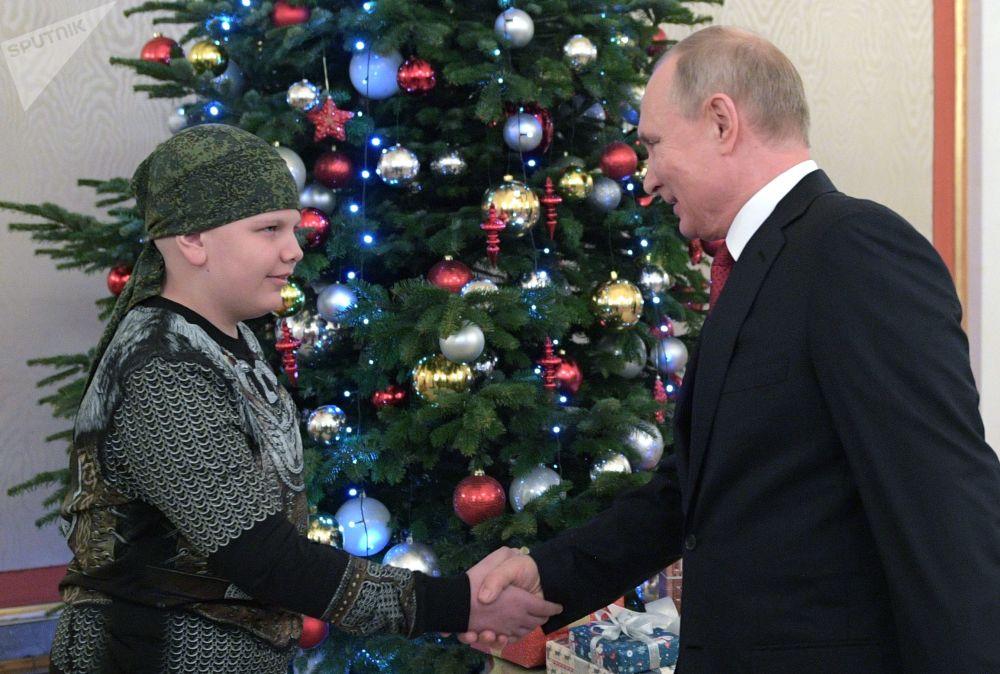 الرئيس الروسي فلاديمير بوتين ومشارك في مشروع احلم معي، كوليا كوزنيتسوف، الذي تحقق حلمه في مصافحة الرئيس خلال مقابلة