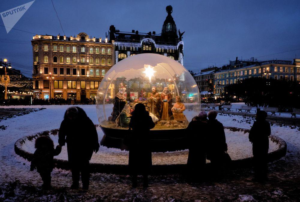 عيد الميلاد على الساحة بالقرب من كاتدرائية قازان في سانت بطرسبورغ