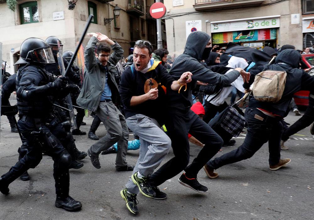 متظاهرون يشتبكون مع الشرطة خلال احتجاج ضد اجتماع مجلس وزراء إسبانيا في برشلونة، 21 ديسمبر/كانون الأول 2018