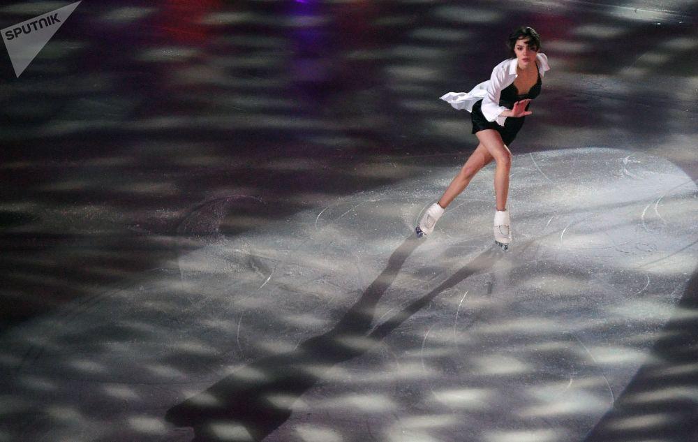 إيفغينيا ميدفيديفا تقدم عرضا خلال بطولة روسيا للتزحلق