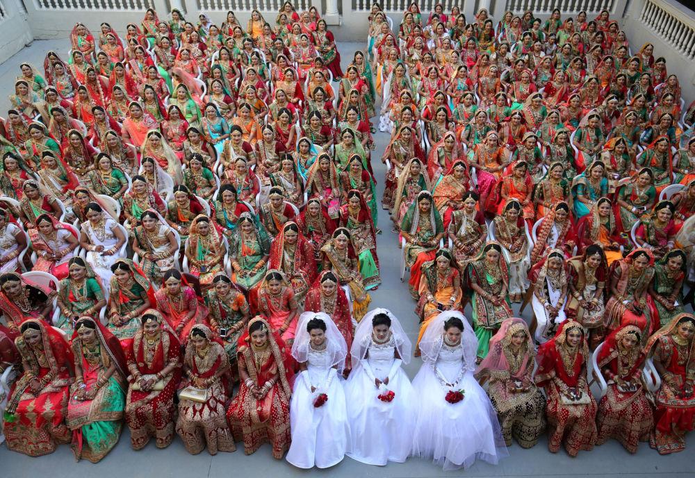 العرائس خلال حفل زفاف جماعي في الهند