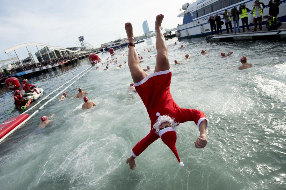 مشارك في مناقسة سباحة خلال عيد الميلاد في برشلونة