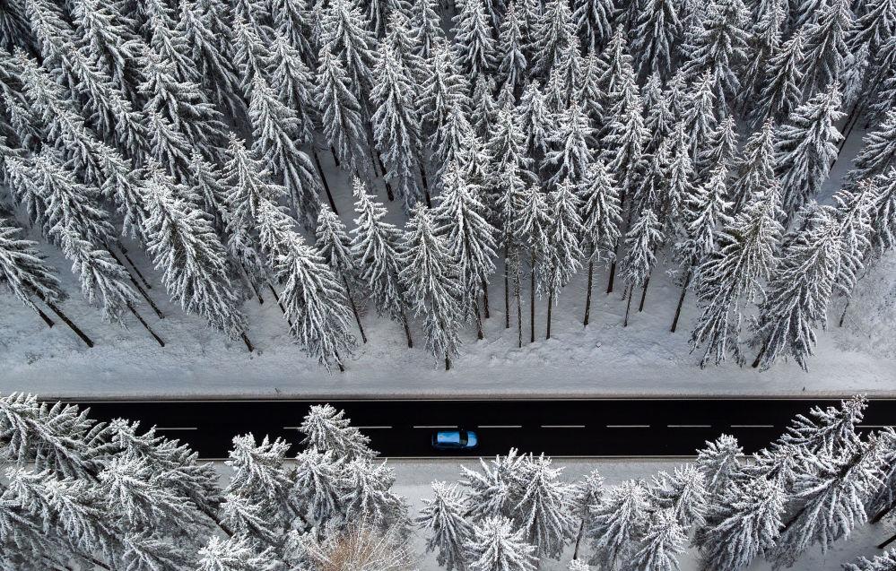مسح جوي لطريق في غابة شتوية لجبال الخام شرق ألمانيا