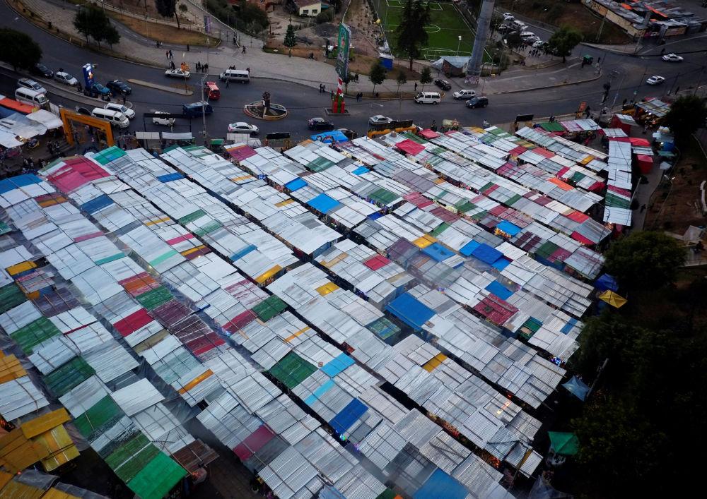 مشهد لسوق عيد الميلاد في لاباز، بوليفيا