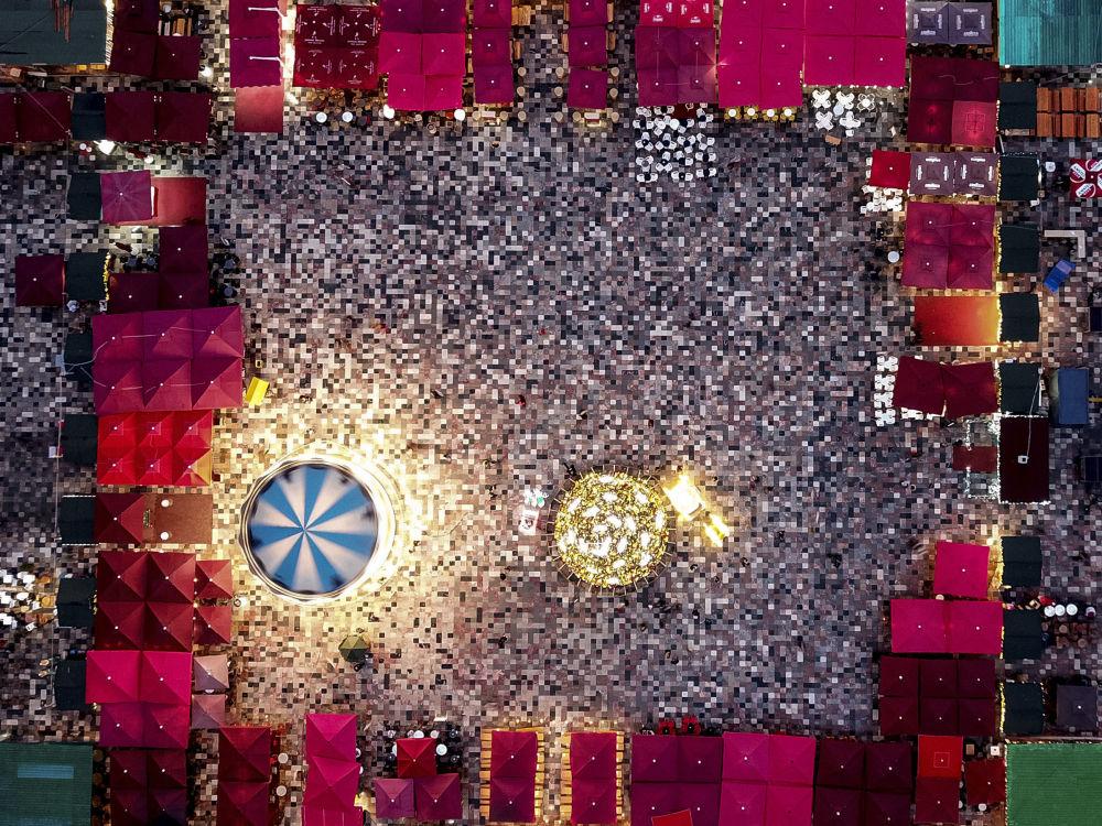 سوق عيد الميلاد في الساحة الرئيسية في تيرانا، ألبانيا
