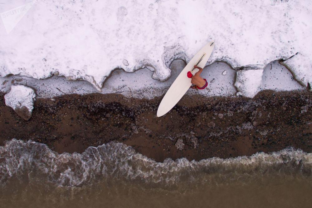 الرياضي ألكسندر أورلوف يغلق موسم ركوب الأمواج في محطة الأمواج بوميرانغ في نوفوسيبيرسك عند درجة حرارة حوالي -5 درجة مئوية