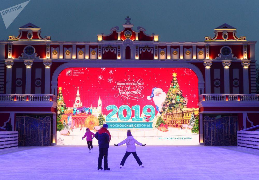 زوار مهرجان رحلة إلى عيد الميلاد في ساحة نوفوبوشكينسكي في موسكو