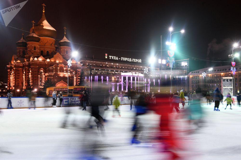 حلبة تزلج على ساحة لينين في مدينة تولا الروسية