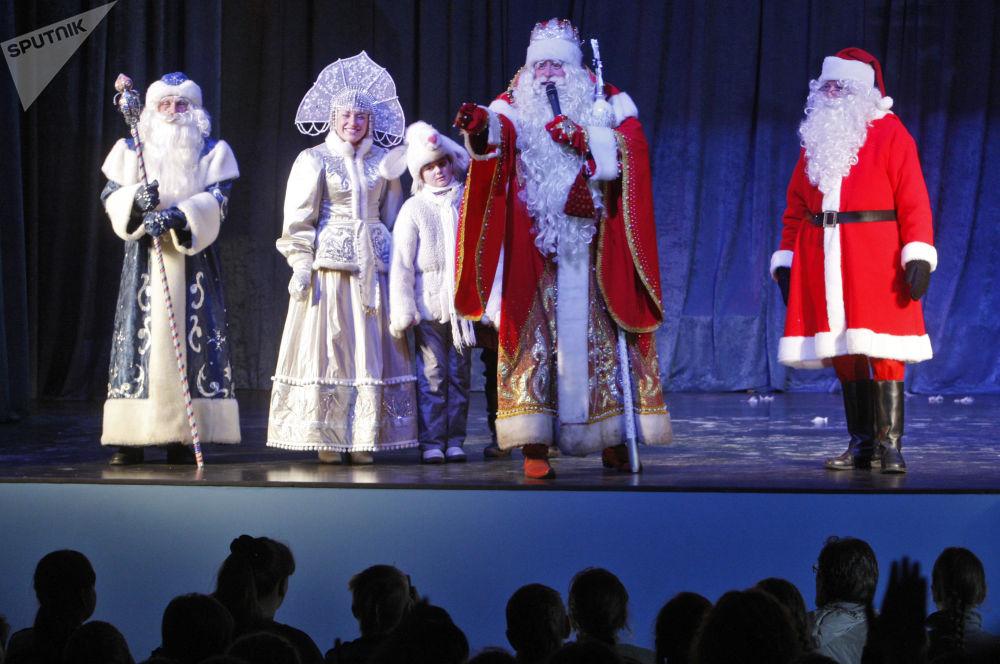 بابا نويل الروسي والإستوني خلال الاحتفال برأس السنة في فيبورغ، منطقة لينينغراد