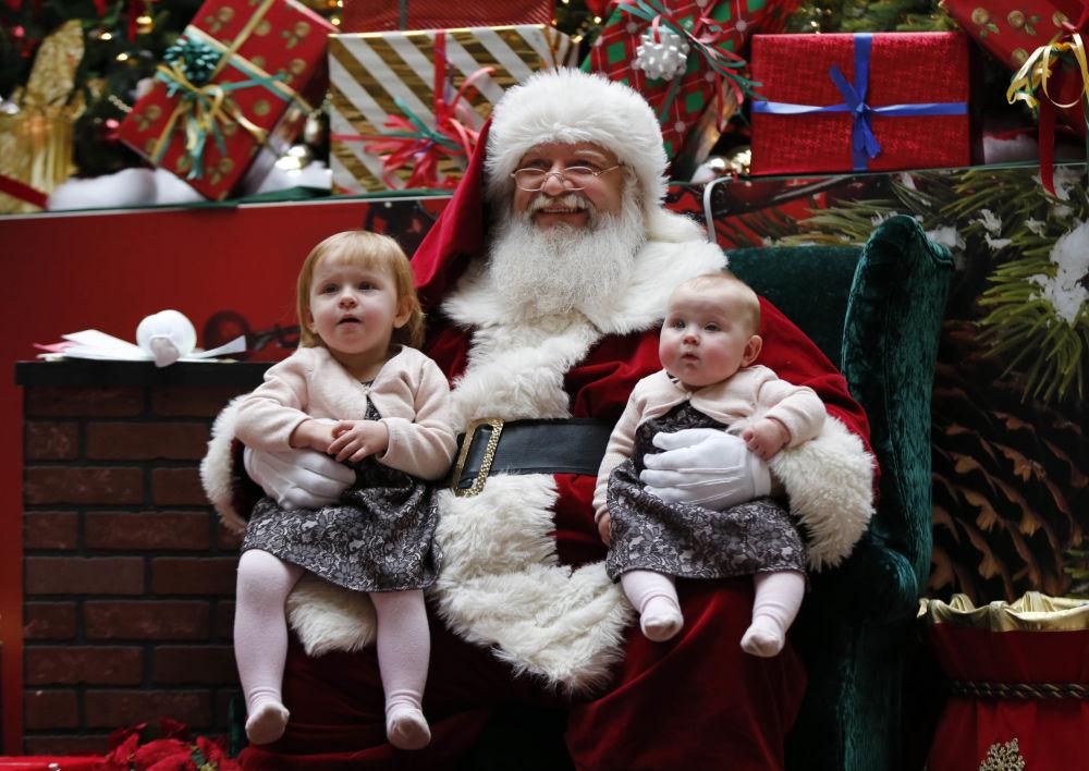 سانتا كلوز مع الأطفال في المول، الولايات المتحدة الأمريكية
