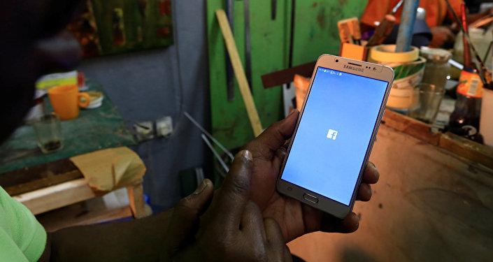 سوداني يحاول الدخول إلى منصات التواصل الاجتماعي المحظورة في الخرطوم